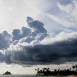 photographe corporate paris voyage un gros nuage menaçant la côte