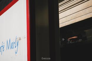 au café marly - lumière de fin de journée - street photography - vie parisienne
