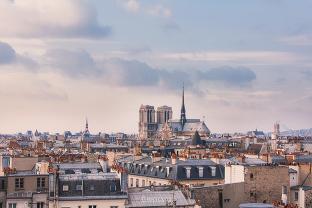 Coucher de soleil sur Notre-Dame à Paris - vue sur les toits parisiens depuis Jussieu