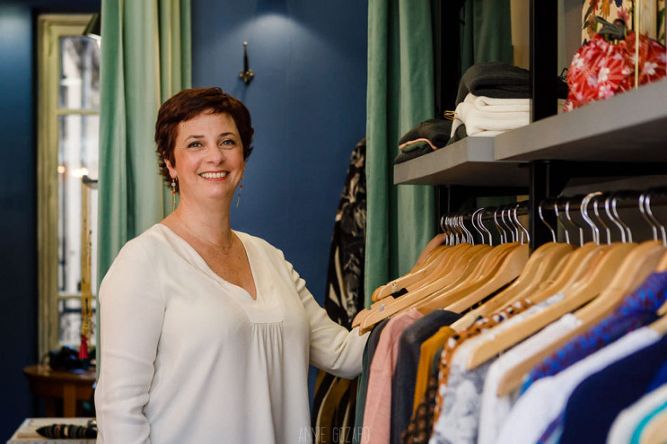 photographie de patricia de paris designer bijoux dans sa boutique de saint maur des fossés